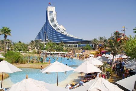 Jumeirah Beach Hotel di giorno